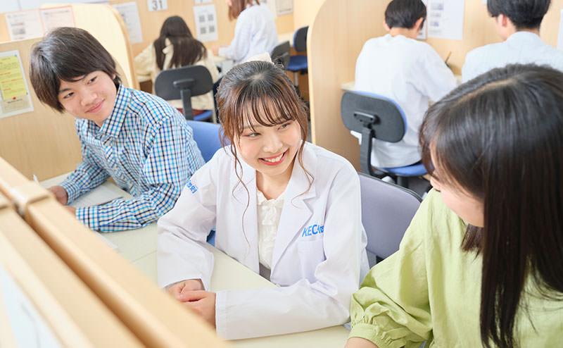 談笑する講師と生徒